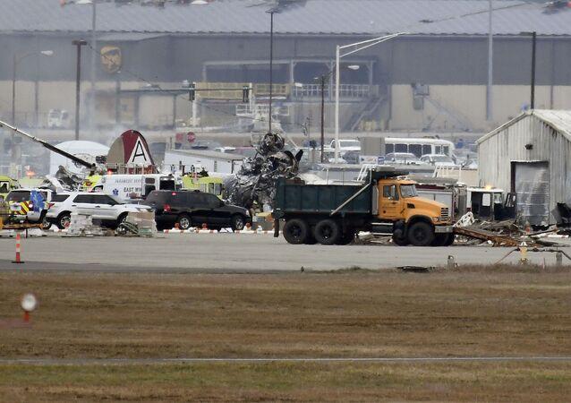 Operacja ratunkowa na lotnisku Bradley, gdzie rozbł się bombowiec z okresu II wojny światowej B-17 Latająca twierdza