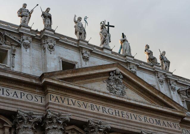 Posągi na Bazylice Świętego Piotra w Watykanie