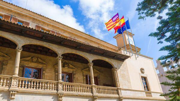 Flagi Balearów, Hiszpanii i Unii Europejskiej na budynku. Majorka - Sputnik Polska
