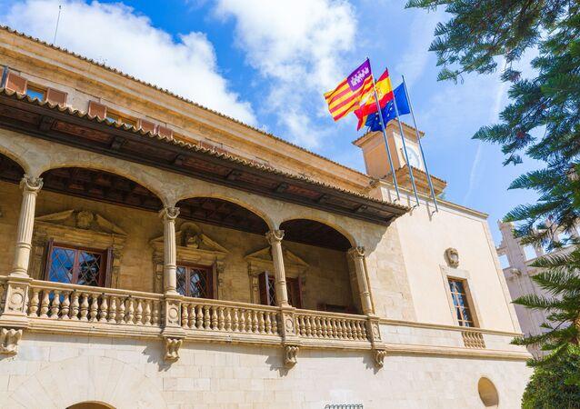 Flagi Balearów, Hiszpanii i Unii Europejskiej na budynku. Majorka