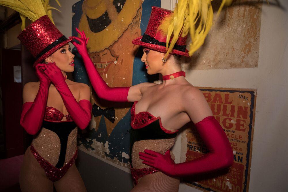 Tancerki Moulin Rouge przed wyjściem na scenę
