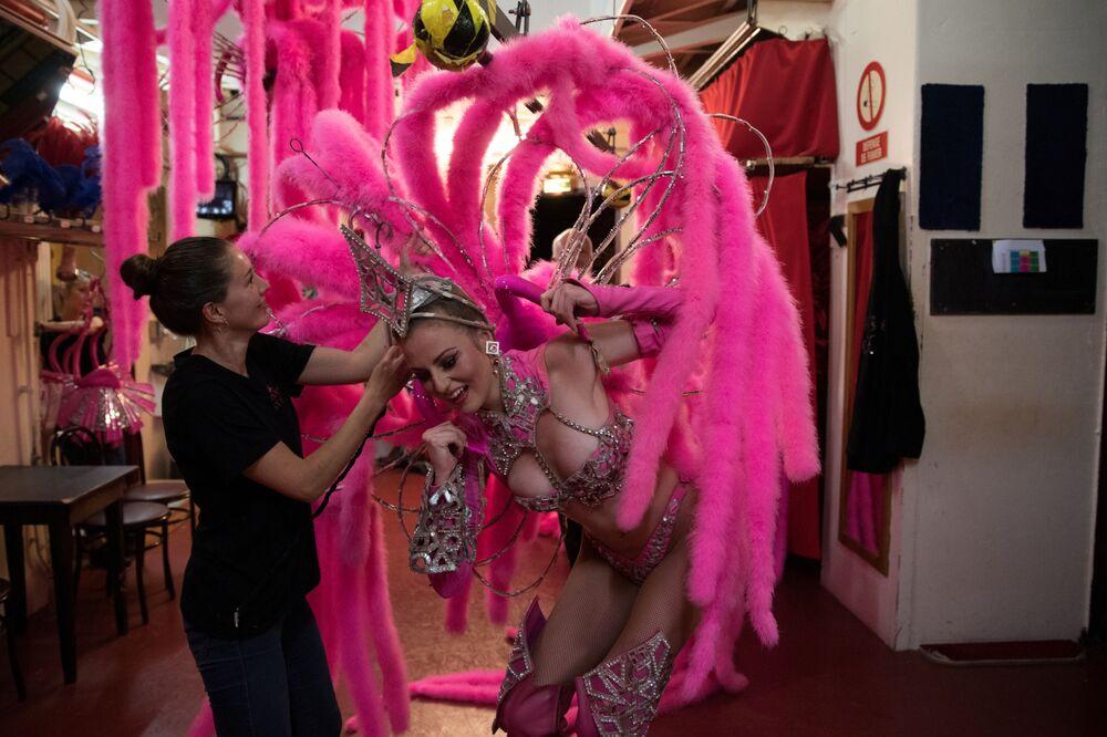 Tancerka Moulin Rouge przed wyjściem na scenę