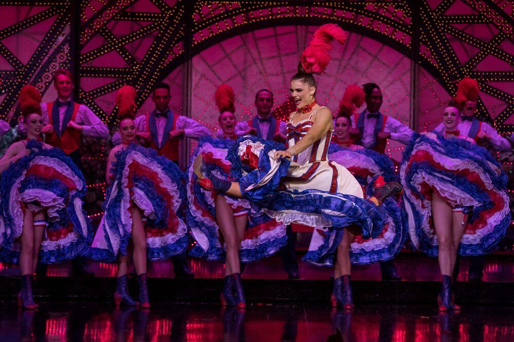 Tancerki Moulin Rouge podczas występu
