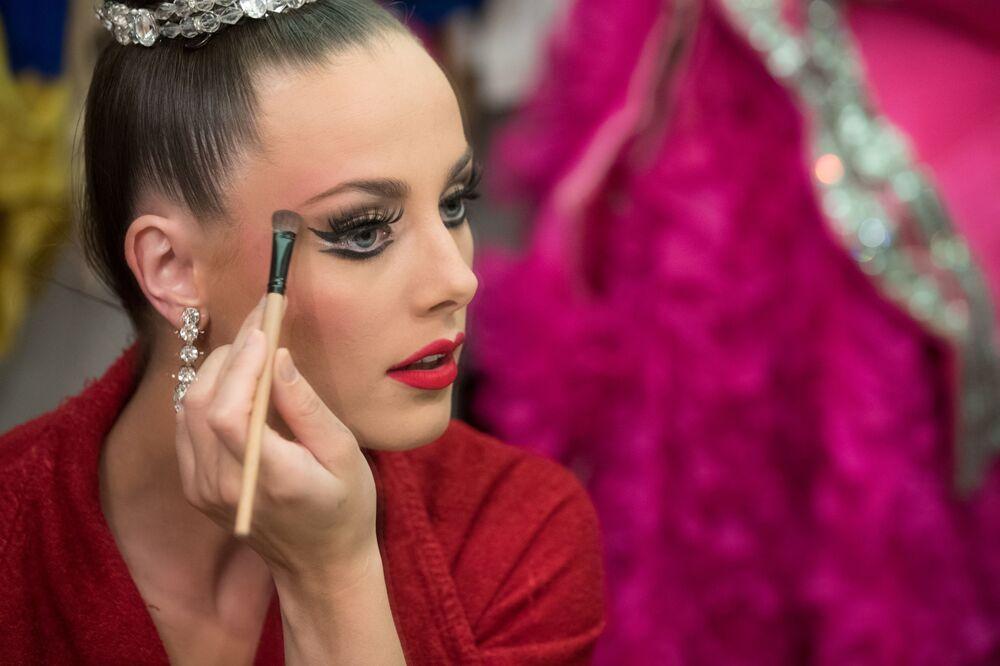 Tancerka Moulin Rouge przygotowuje się do wyjścia na scenę