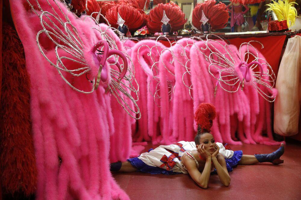 Tancerka Moulin Rouge rozciąga się przed wyjściem na scenę
