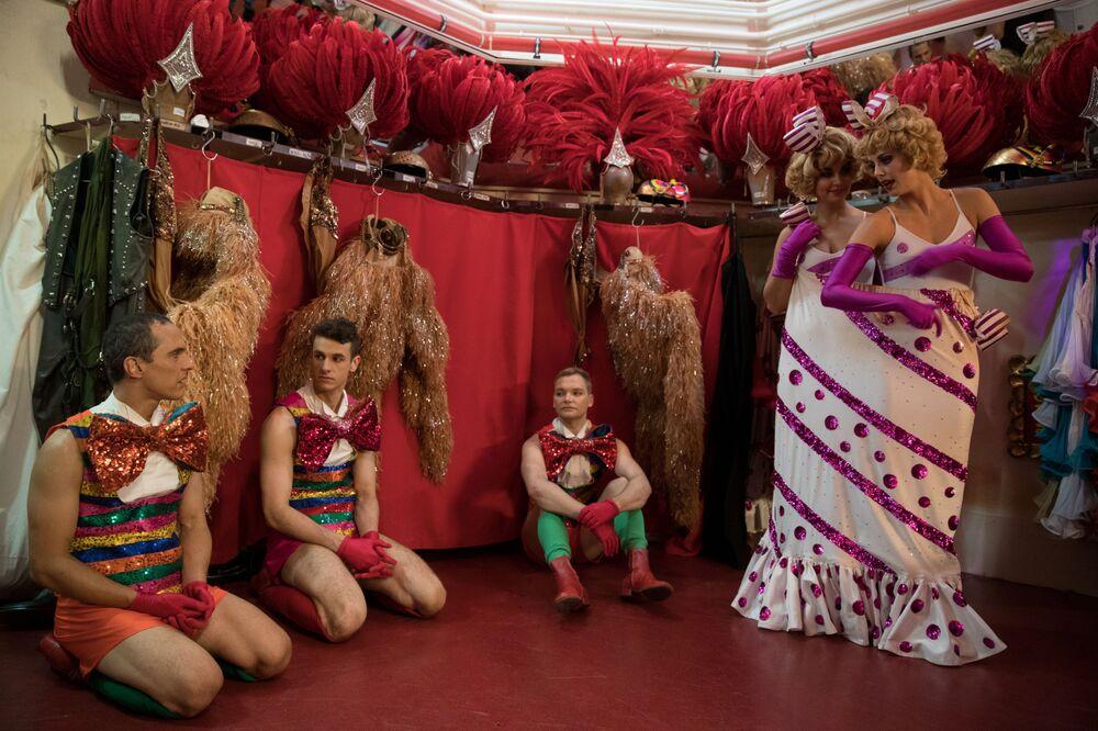 Tancerze Moulin Rouge przed wyjściem na scenę