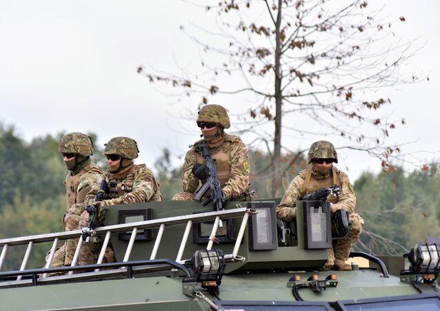 Żołnierze podczas międzynarodowych ćwiczeń wojskowych Rapid Trident-2019 na poligonie Jaworów w obwodzie lwowskim