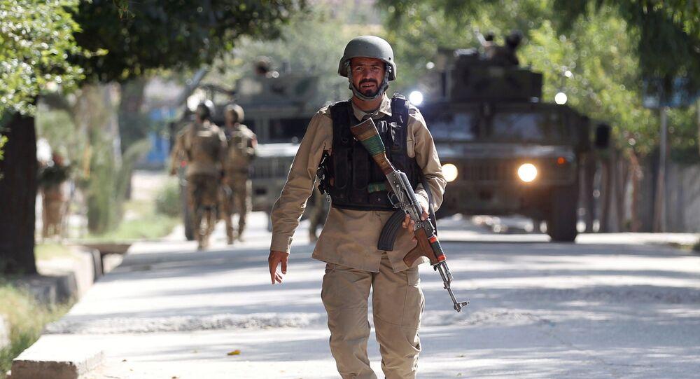 Oficer Sił Bezpieczeństwa Afganistanu na miejscu zdarzenia. Zdjęcie archiwalne