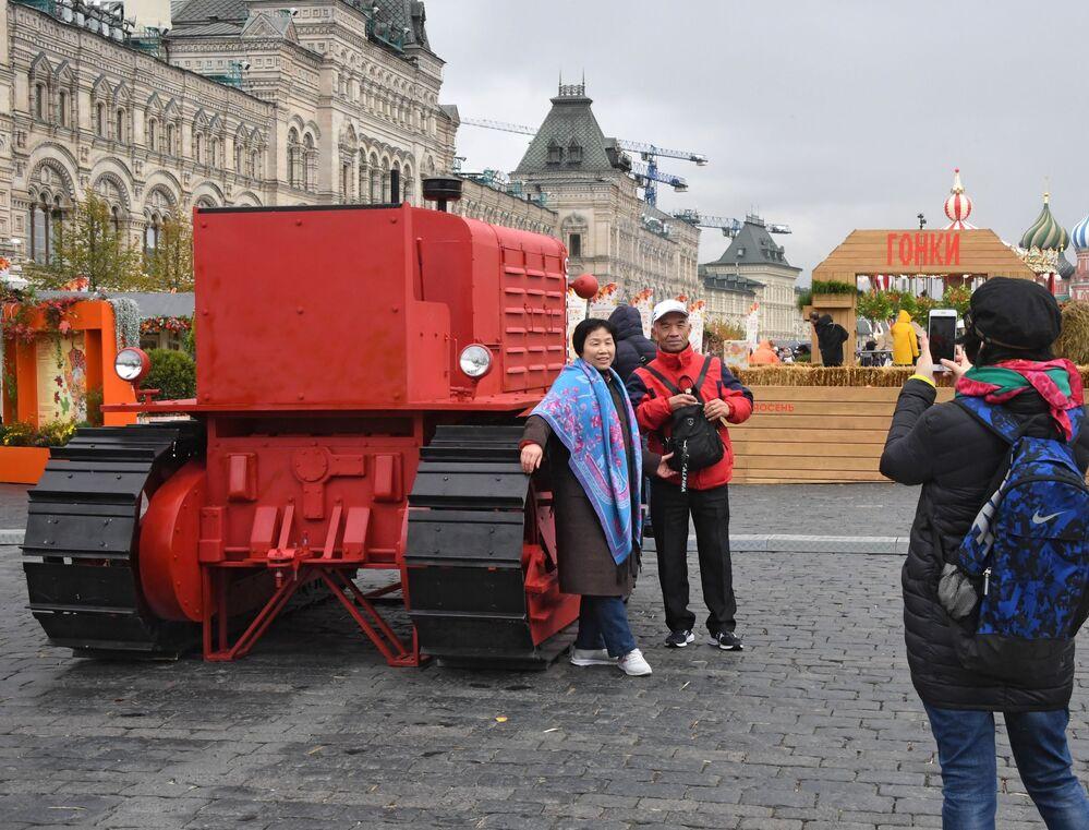 """Turyści na festiwalu gastronomicznym """"Złota jesień 2019"""" w Moskwie"""