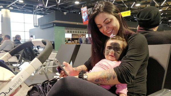 Carolina Fenner z córką Luną na lotnisku Szeremietiewo w Moskwie - Sputnik Polska
