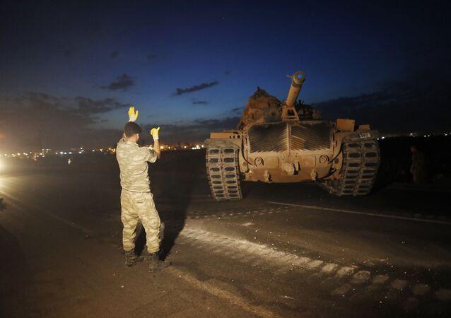 Wyładunek tureckiego czołgu na granicy między Turcją i Syrią, w prowincji Sanliurfa, na południowym wschodzie Turcji