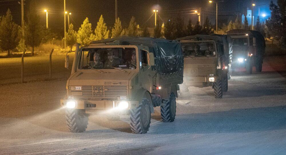 Tureckie pojazdy opancerzone na granicy syryjskiej