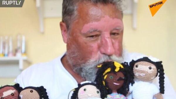Emeryt wykonuje na szydełku lalki z oznakami bielactwa - Sputnik Polska
