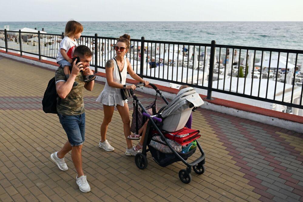 Urlopowicze na promenadzie w Soczi