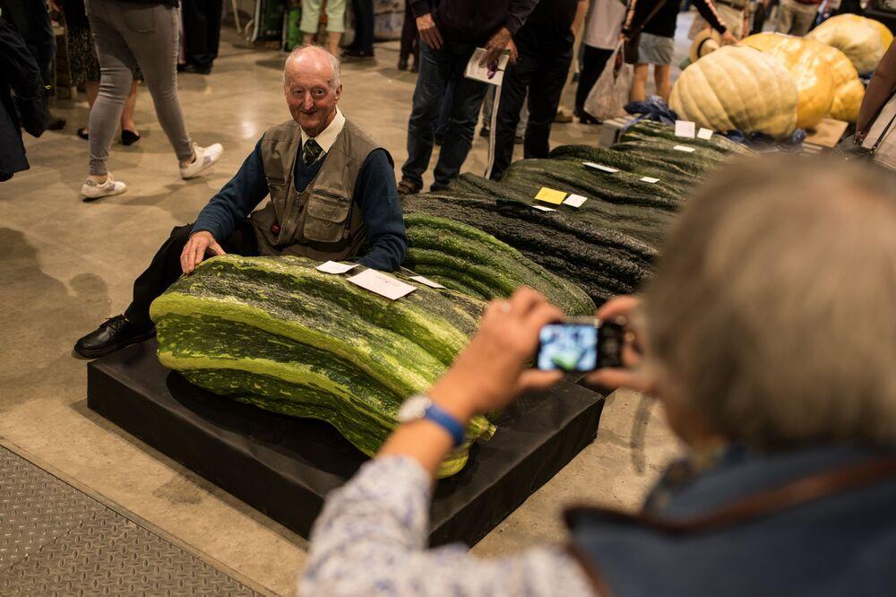 Peter Glazbrook z cukinią o wadze 65,3 kg, zdobył nagrodę w konkursie warzywnym Autumn Flower Show w 2019 roku