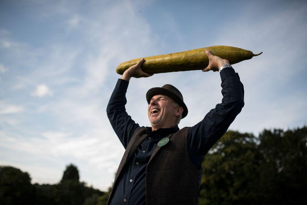 Ogrodnik Graham Barratt trzyma 92 cm ogórka podczas konkursu warzywnego w Wielkiej Brytanii, 2019 rok