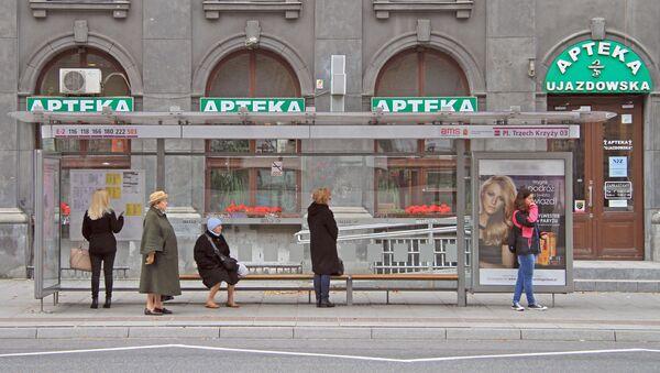 Polacy na przystanku autobusowym - Sputnik Polska