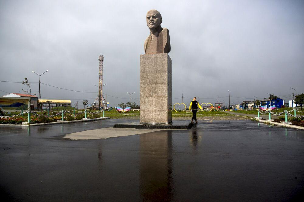 Pomnik Władimira Lenina w Jużno-Kurilsku na wyspie Kunaszyr