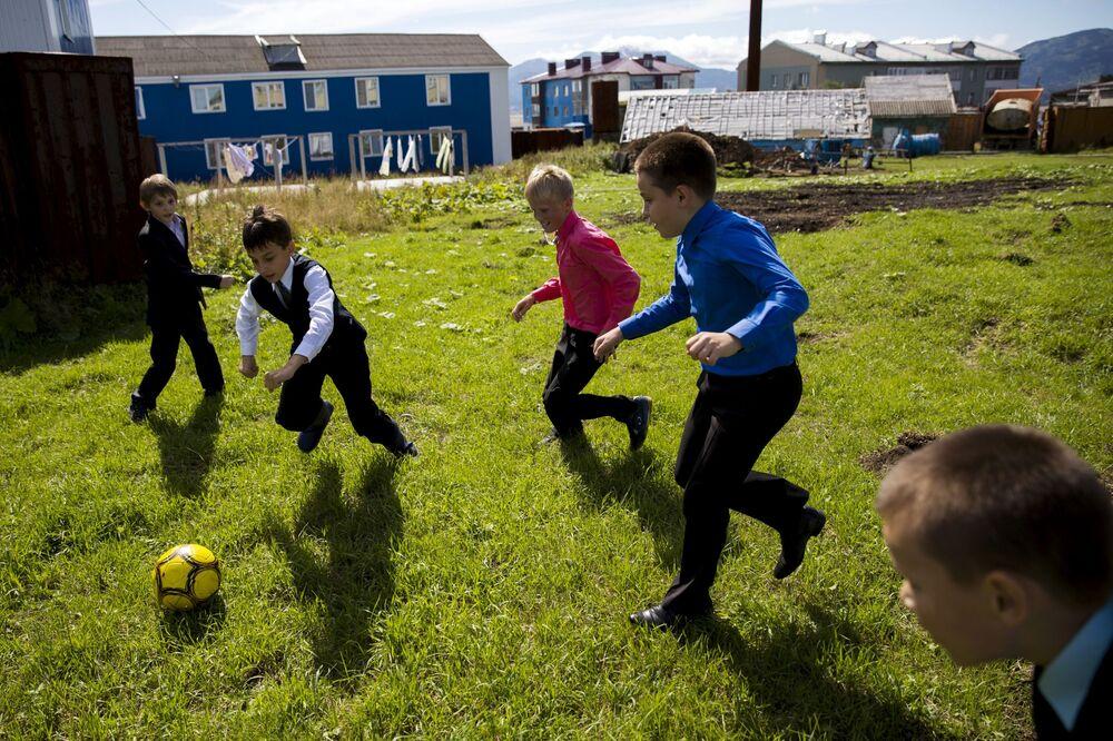 Uczniowie grają w piłkę nożną w Jużno-Kurilsku