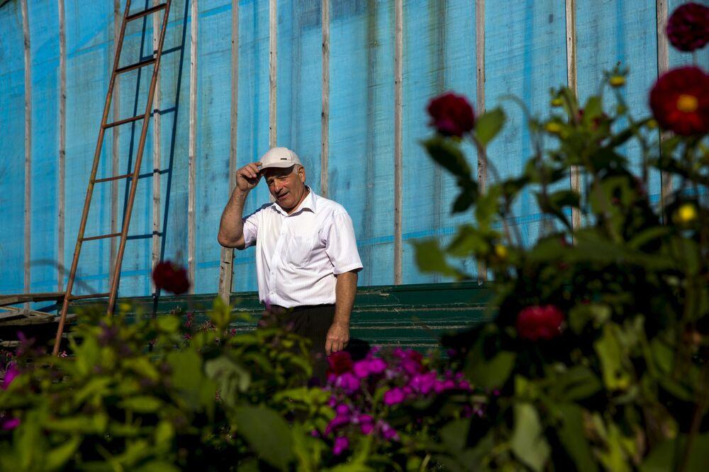 Emeryt w swoim ogródku w miejscowości Otrada na wyspie Kunaszyr