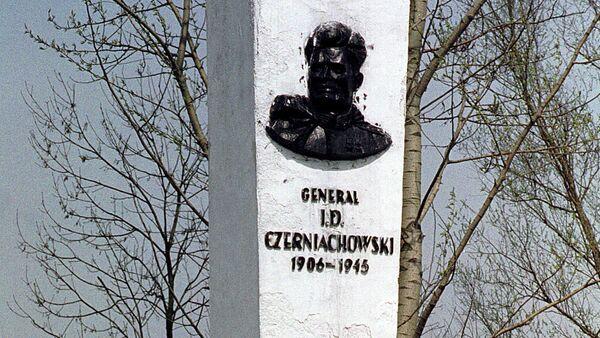 Pomnik radzieckiego generała Iwana Czerniachowskiego w polskim mieście Pieniężno - Sputnik Polska