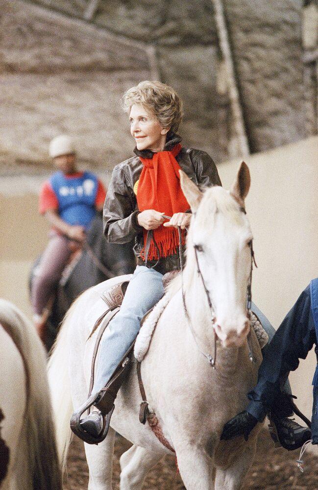 Pierwsza dama Nancy Reagan na koniu podczas wizyty w terapeutycznym ośrodku jeździeckim w Waszyngtonie, 1987 rok
