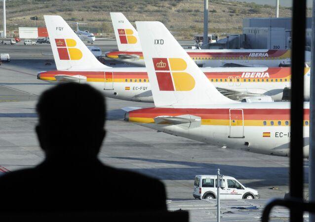 Samoloty hiszpańskiego krajowego przewoźnika Iberia na lotnisku Barajas w Madrycie