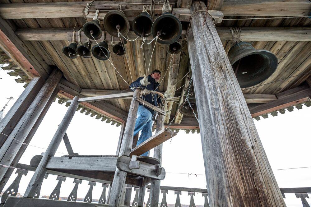 Dzwonnik Igor Hutter przy dzwonnicy w Kiży
