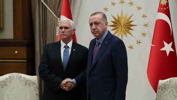 Prezydent Turcji Recep Tayyip Erdogan i wiceprezydent USA Mike Pence na spotkaniu w Pałacu Prezydenckim w Ankarze w Turcji - Sputnik Polska