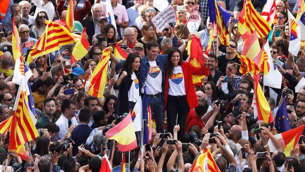 Akcja przeciwników odłączenia się Katalonii od Hiszpanii w centrum Barcelony. - Sputnik Polska