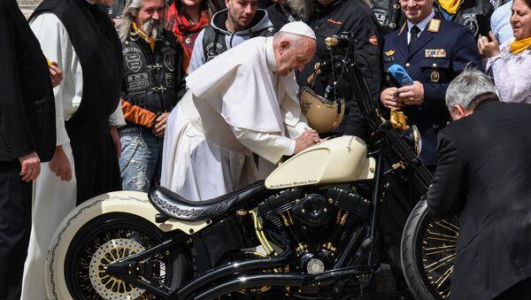 Papież Franciszek składa podpis na motocyklu Harley-Davidson - Sputnik Polska