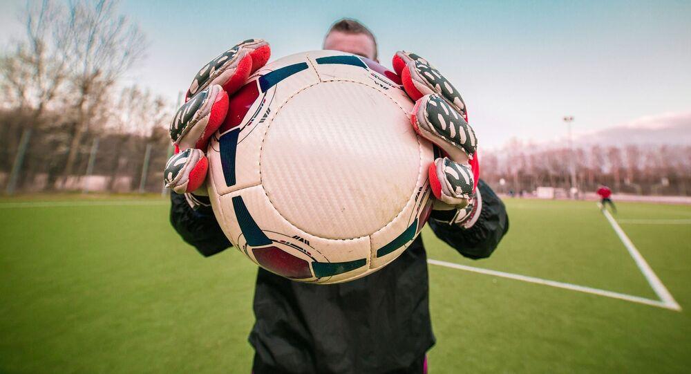 Mężczyzna z piłką nożną