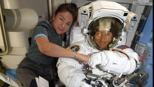 Astronautki Christina Koch i Jessica Meir pozują do zdjęcia na MSK  - Sputnik Polska