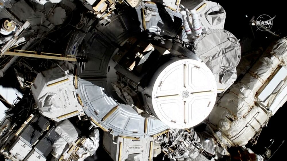 Astronautki Christina Koch i Jessica Meir wychodzą na zewnątrz MSK