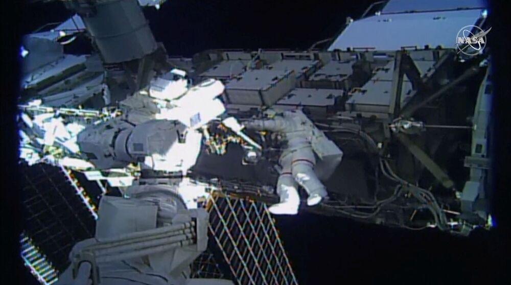 Astronautka Jessica Meir wychodzi poza MSK