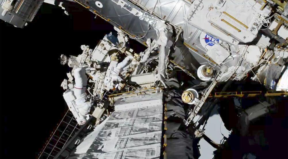 Astronautki Christina Koch i Jessica Meir na zewnątrz MSK