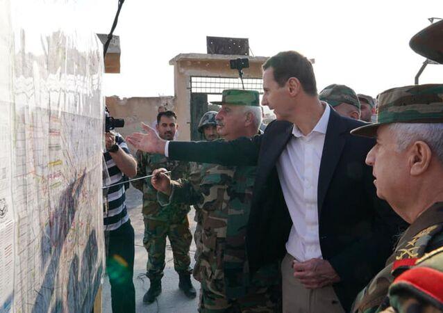 Prezydent Syrii Baszar al-Asad odwiedził front w prowincji Idlib i niedawno wyzwolone miasto Hubate