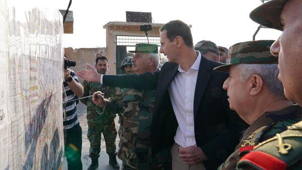 Prezydent Syrii Baszar al-Asad odwiedził front w prowincji Idlib i niedawno wyzwolone miasto Hubate - Sputnik Polska
