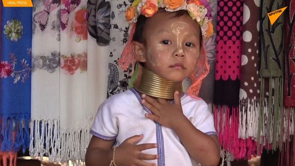Pierścienie na szyi dzieci plemienia Padaung  - Sputnik Polska
