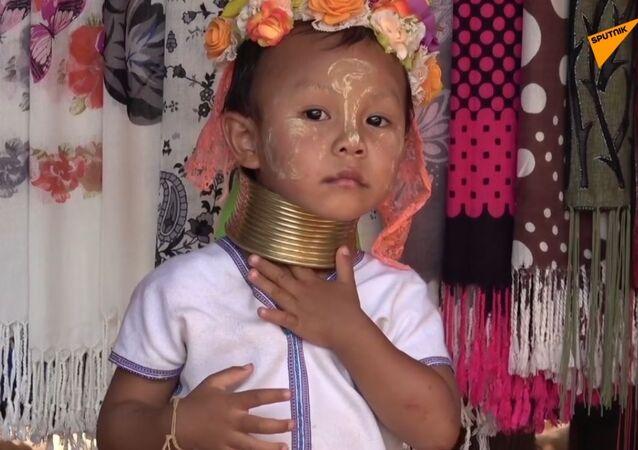 Pierścienie na szyi dzieci plemienia Padaung