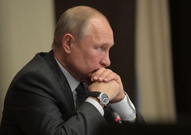 Prezydent Rosji Władimir Putin na naradzie poświęconej kwestiom likwidacji konsekwencji powodzi