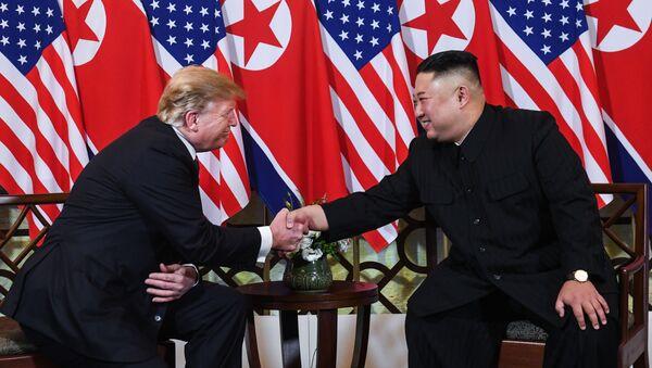 Prezydent USA Donald Trump i przywódca Korei Północnej Kim Dzong Un podczas drugiego szczytu USA-KRLD w Hanoi w Wietnamie - Sputnik Polska