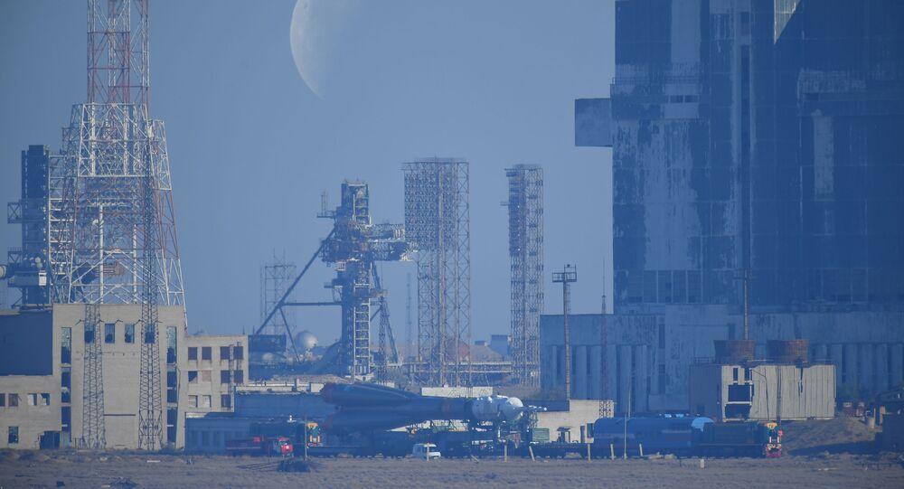 Rosyjski Sojuzze statkiem kosmicznym Sojuz-MS-15 przewożony na platformę startową przed zaplanowanym startem z kosmodromu Bajkonur
