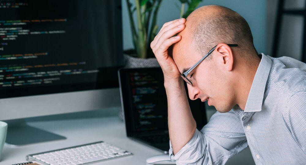 Zmęczony mężczyzna pzed komputerem