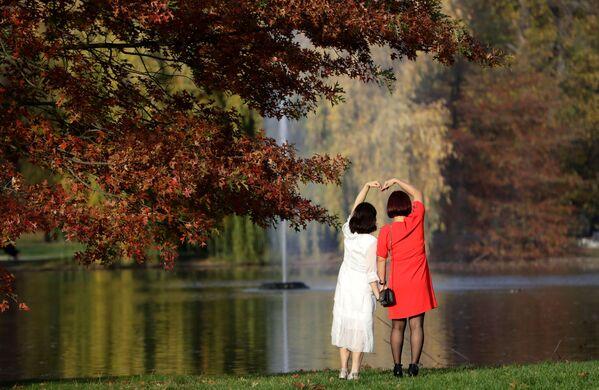 Kobiety pozują do zdjęcia w parku w Pradze  - Sputnik Polska