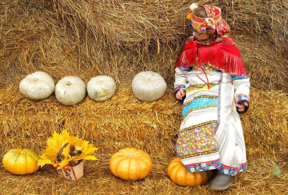 Dziewczynka na zamknięciu festiwalu Złota jesień na Placu Czerwonym