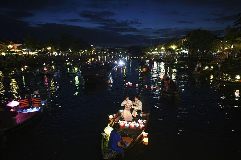 Ludzie pływają na łódkach podczas jesiennego święta w wietnamskim mieście Hội An