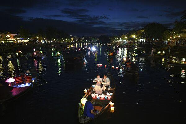 Ludzie pływają na łódkach podczas jesiennego święta w wietnamskim mieście Hội An - Sputnik Polska