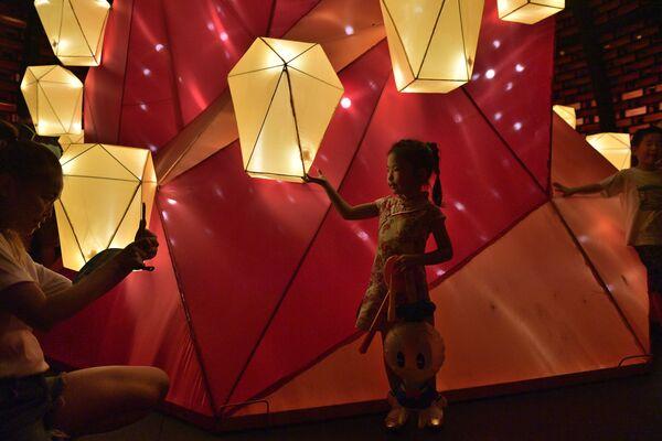 Dziewczynka podczas festiwalu jesiennego w Hong Kongu  - Sputnik Polska