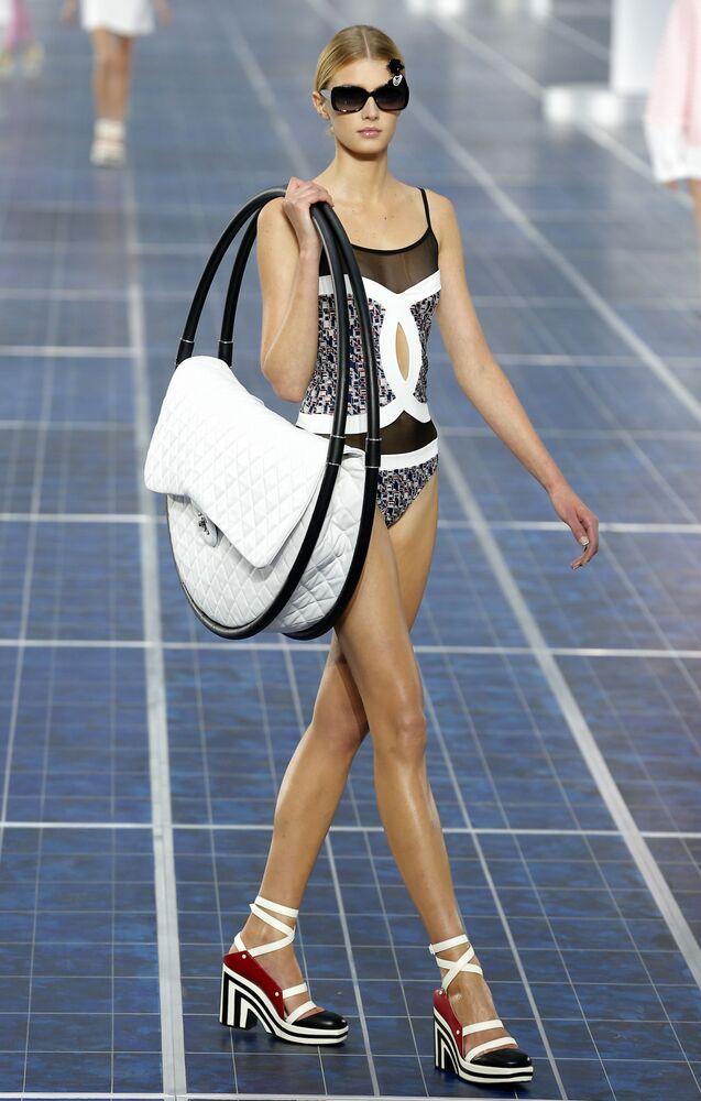 Modelka na pokazie kolekcji Chanel wiosna-lato 2013 w Paryżu.